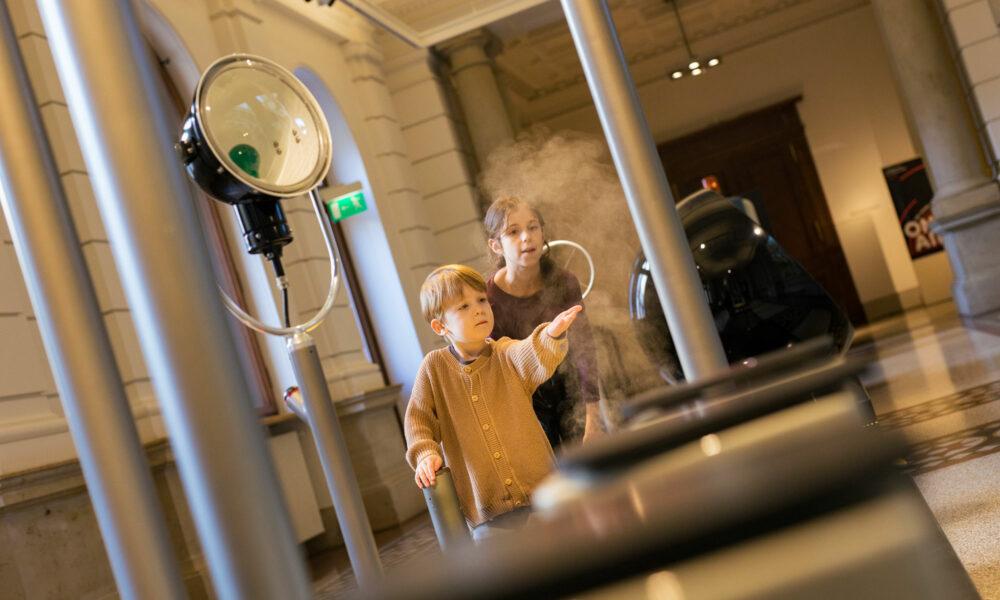 Kinder geben Rauchsignale in der Kommunikationsgalerie