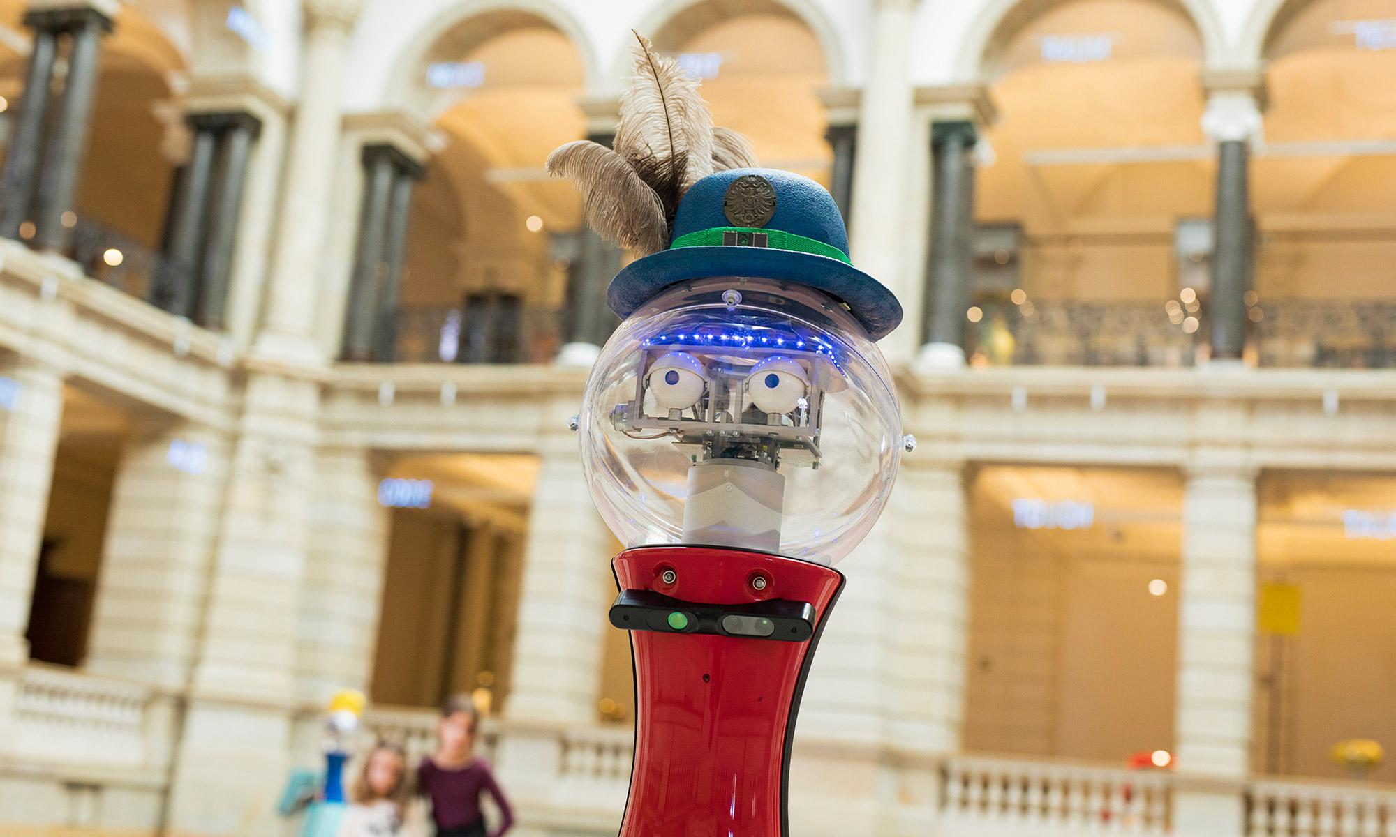 Der Roboter Robert im Lichthof des Museums