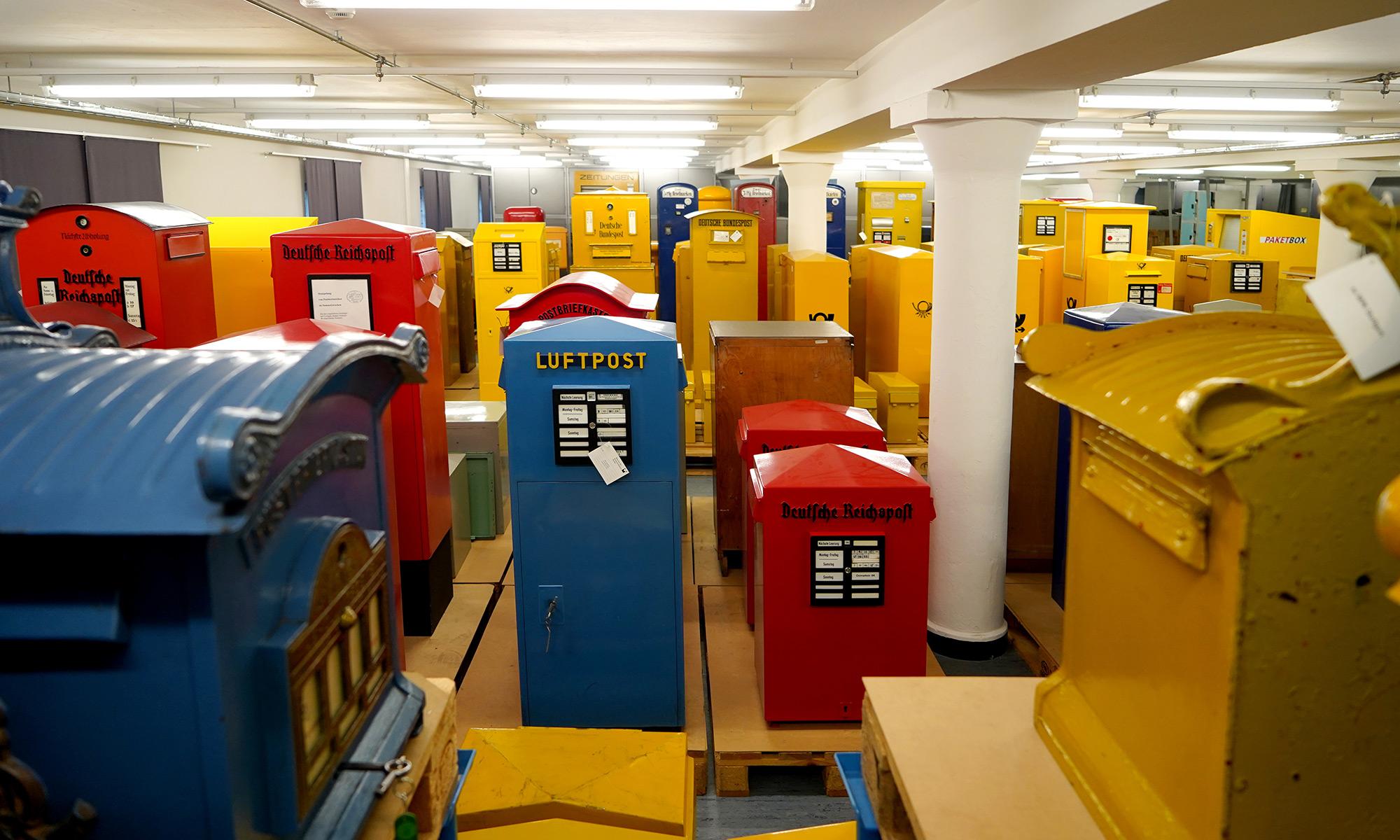 Ein Bild aus dem Depot in Berlin-Tempelhof. Im Bild werden die Briefkasten in unterschiedlichen Farben abgebildet.